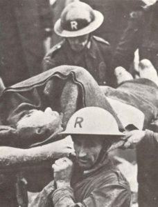 Luftschutz-Helfer bergen einen verschütteten Mann