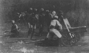 Belgische Kanoniere feuern eine französisches 70-mm-Gebirgskanone