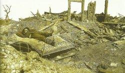 Soldat im Bett auf Schlachtfeld