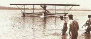 italienisches Wasserflugzeug kehrt zu seinem Stützpunkt zurück.