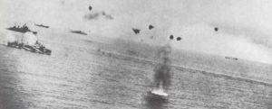 Angriff italienischer Kampfflugzeuge auf einen englischen Konvoi