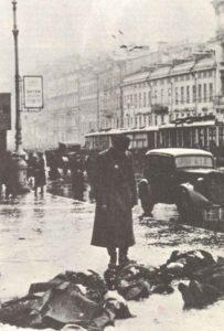 Verhungerte Zivilisten auf den Straßen von Leningrad.