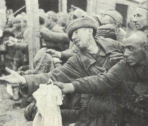 russische Kriegsgefangene betteln um Brot