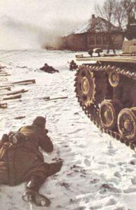 Deutsche Infanterie mit Panzerunterstützung kämpft um eine Ortschaft vor Moskau.