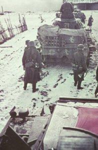 Kolonne deutscher Panzer mit Infanterie vor Moskau