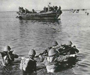 Eine der ersten japanischen Landungen in flachem Wasser