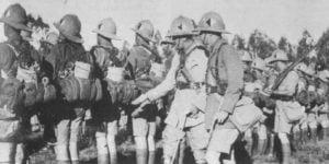 Zwei Offiziere inspizieren südafrikanische Infanterie