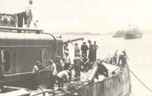 Besatzung des US-Kreuzers Marblehead besichtigt Schäden
