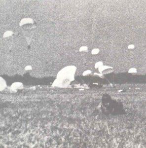 Japanische Fallschirmjäger landen bei Palembang