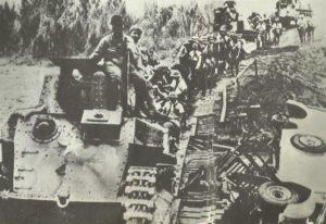 Japanische leichte Panzer überqueren eine provisorische Brücke