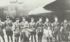 Russische Piloten übernehmen in Anchorage in Alaska Lend-Lease B-25-Bomber