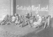 Britische Soldaten mit französischen Kindern