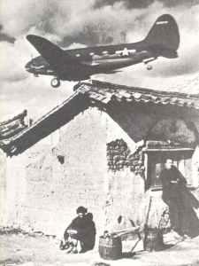 Curtiss C-46 Commando Transportmaschine im Landeanflug auf Assam