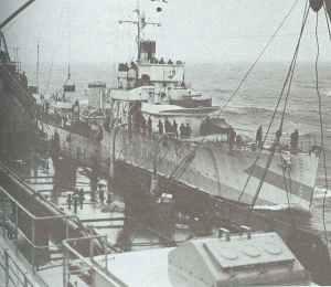 Geleiter lädt Wasserbomben auf dem Atlantik nach