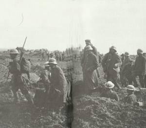 Arras: Deutsche Kriegsgefangene werden nach hinten gebracht