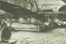 Bomben unter den Rumpf und Flügeln eines Gotha-Bombers