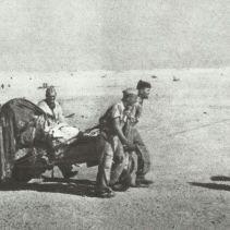 Falsschirmjäger ziehen PAK durch Wüste