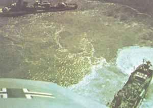 Zerstörer und ein Handelsschiff unter dem Angriff deutscher Flugzeuge