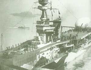 Flugzeugträger 'HMS Furious' mit einem 'Sea Scout Z' Anti-U-Boot-Ballon