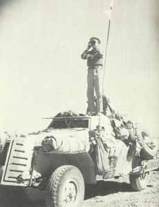 britischer vorgeschobener Artillerie-Beobachtungsoffizier korrigiert das Feuer