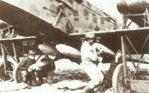 Gotha-Bomber wird mit Bomben bestückt