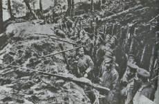 Russische Truppen in Schützengräben