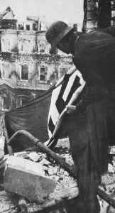 Soldat hisst in Stalingrad Hakenkreuz-Fahne
