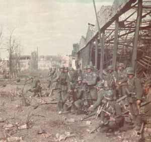 deutsche Soldaten im Traktorenwerk Stalingrad