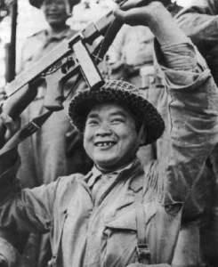 Jubelnder chinesischer Soldat