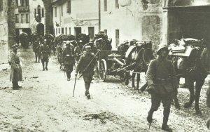 Deutsche Truppen ziehen durch ein Dorf in Norditalien