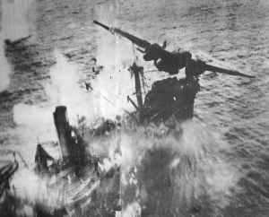 Transportschiff wird im Tiefflug bombardiert