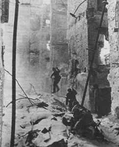 Russische Soldaten in den Ruinen von Stalingrad.