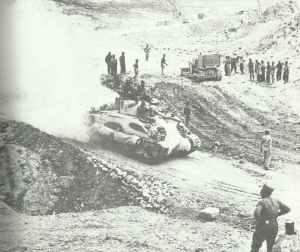 Sherman-Panzer durchquert die Gabes-Pforte