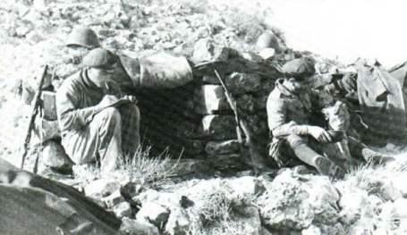 Italienische Soldaten 1943 in Tunesien, mit griffbereiten Beretta-MPs