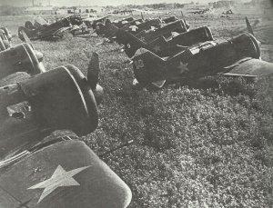 Polikarpow I-16 Rata auf einem Feldflugplatz