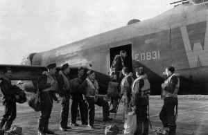 Besatzung eines Lancaster-Bombers der 9. Staffel steigt in Bardney (Lincolnshire) an Bord ihres Flugzeuges