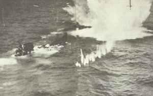 U-Boot sinkt unter Luftangriff