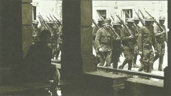 Amerikanische Soldaten marschieren durch eine französische Ortschaft