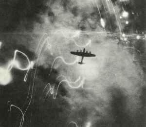 Lancaster-Bomber über dem brennenden Hamburg-Altona
