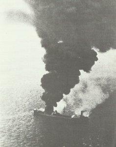 Alliierter Frachter nach einem deutschen Luftangriff