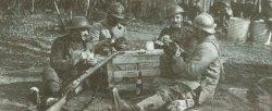 Britische und französische Soldaten beim Kartenspiel