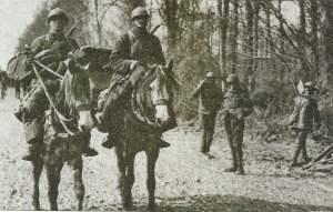 Französische Kavallersten passieren britische Soldaten