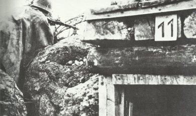 Polzeiwachtmeister im Schützengraben