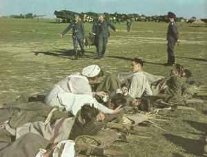 Evakuierung verwundeter deutscher Soldaten von einem Feldflugplatz