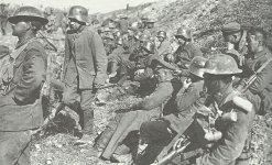Kanadadiscxhe Soldaten mit gefangenen Deutschen