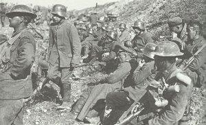Kanadische Soldaten mit gefangenen Deutschen