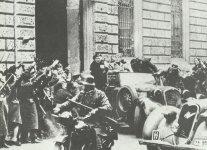 Mussolini mit SS-Wachen