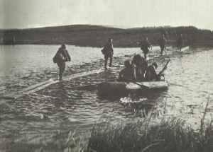 Sowjetische Truppen überqueren Dnjeps auf Behelfsstegen
