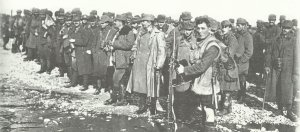 britischer Soldate bewacht eine Gruppe von österreich-ungarischen Kriegsgefangenen
