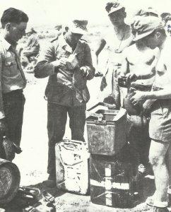 Limonaden-Ausgabe an Soldaten des Panzer-Regiments 5 der 21. Panzer-Division